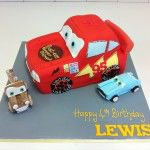 lightening mcqueen cake with sugar models of two cars